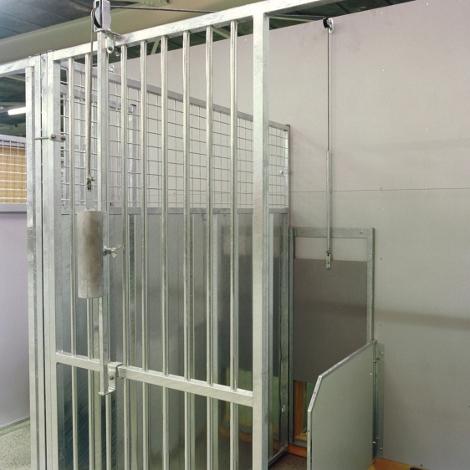 Puerta de guillotina tienda h pica lupa ib rica en for Puerta guillotina